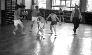 Sport: below-knee football in the gym